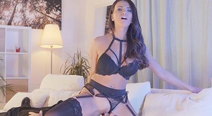 Noche sensual con su mejor lencería erótica