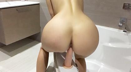 Videos amateur, se graba con un dildo en la bañera