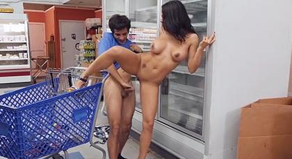 Sexo duro en un pasillo del supermercado