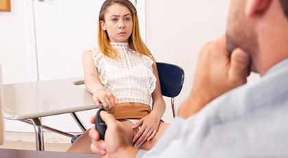 Joven Estudiante se insinua ante el profesor