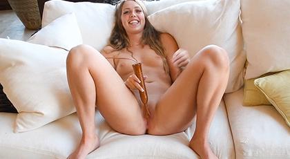 Jovencita feliz masturbándose