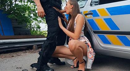Viciosa Probando el arma de la policía
