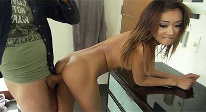 La joven asiática quiere anal