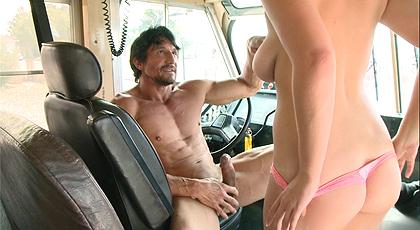 Una joven estudiante descubre el sexo duro con el conductor