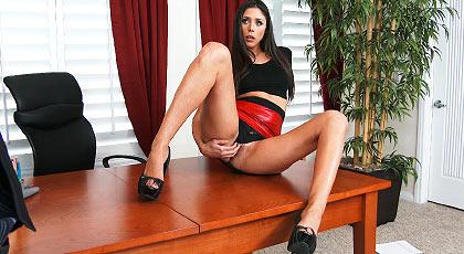 Corriendose encima de la sexy secretaria