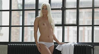 Lánguida y sensual Jessie Volt