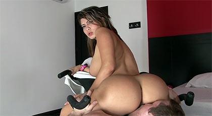 Una colombiana en la parada de los culos.