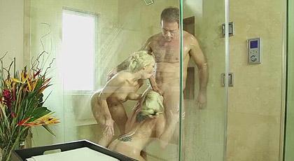 Rocco Siffredi con dos rubias en la ducha