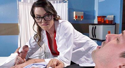 La doctora se fija en la polla de su paciente y se lo tira