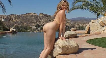 Ardientes tardes al sol en la piscina con  la culona Mia malkova