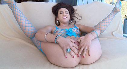 Primera escena porno de Mandy y sus apetecibles y apretados agujeros