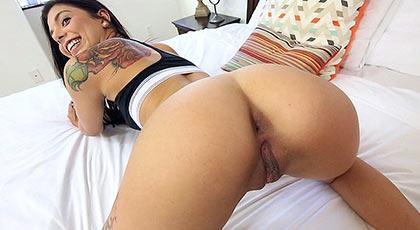 Degustando el coño perfecto y rasurado de la joven tatuada Gina Valentina