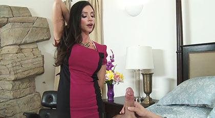 Ariella ferrera seduce al amigo de su hijo y se lo folla en la cama de su marido