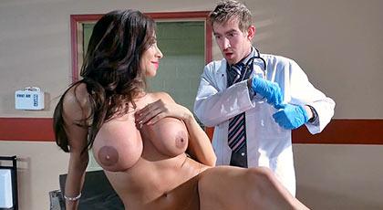 Ariella ferrera se divierte con el Doctor en una cálida revisión
