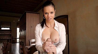 Nekane es la nueva camarera del restaurante donde Nacho Vidal acude para follarla