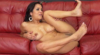 Abby lee brazil, demostrando su poderío sexual ante la webcam