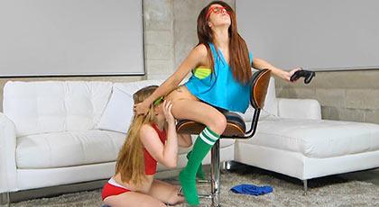 Lexxxus Adams y Vannessa Phoenix se estrenan jugando a la play station y follando duro con un amigo