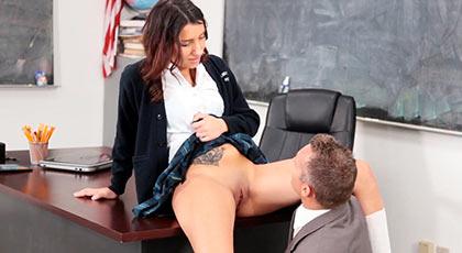Sophia Grace, una inocente estudiante que se deja llevar por su maduro profesor con un polvazo en clase