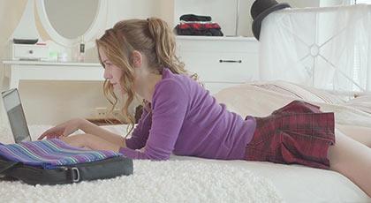 El diario X de una colegiala que se divierte con su madrastra y el amante, la joven Alexis Crystal