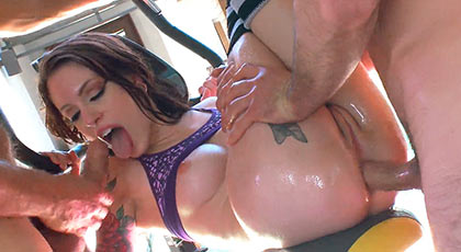 Todos los agujeros de Anna De Ville son válidos para dar mucho placer a dos hombres a la vez