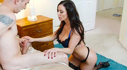 Kendra Lust viciosa madura que seduce a un amigo de su hijo y se lo pasa por la piedra con toda su experiencia