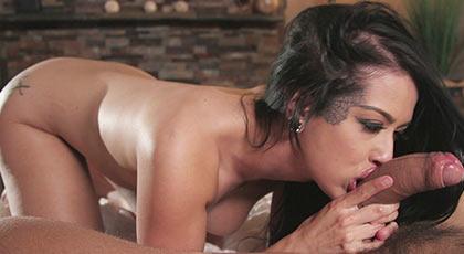 Katrina Jade desea una corrida interna en su bonito coño y se aplica con esmero a la polla del camarero
