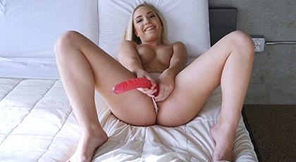 Mientras mamá está en la otra habitación, Amy Summers se masturba y busca desesperada la polla de su hermanastro para calmar sus hormonas excitadas
