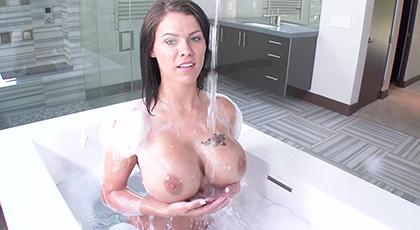 Peta Jensen y sus espumosos baños antes de disfrutar de sexo duro con su nuevo compañero